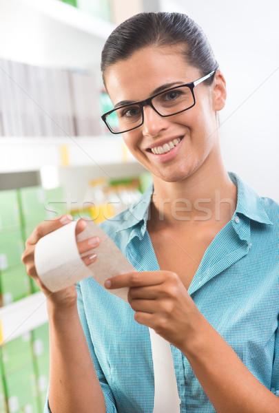 Barato mercearia preços sorridente mulher jovem Foto stock © stokkete