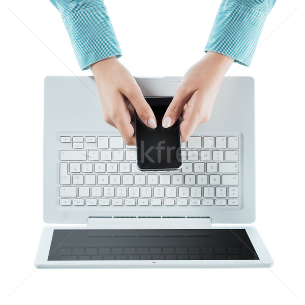 Nő érintőképernyő okostelefon laptop fehér kezek Stock fotó © stokkete