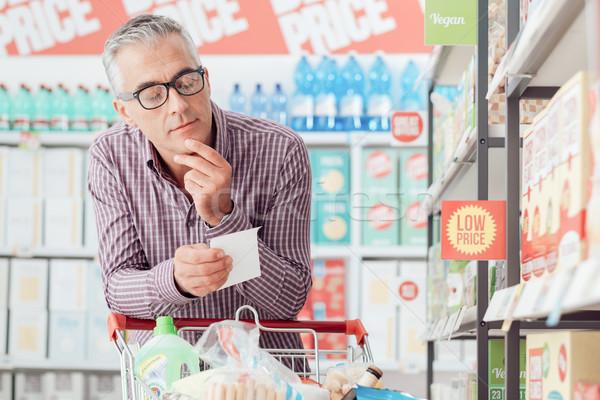 Człowiek spożywczy zakupy supermarket popychanie koszyka Zdjęcia stock © stokkete