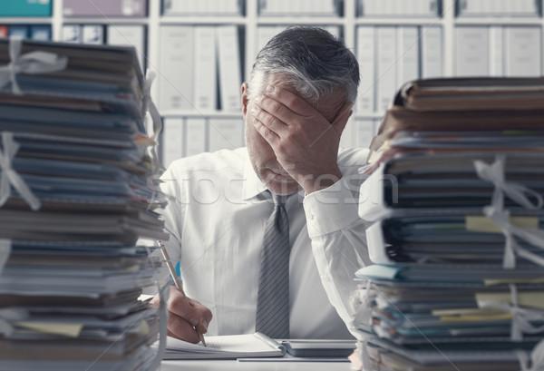 Hangsúlyos üzlet igazgató papírmunka kimerült iroda Stock fotó © stokkete