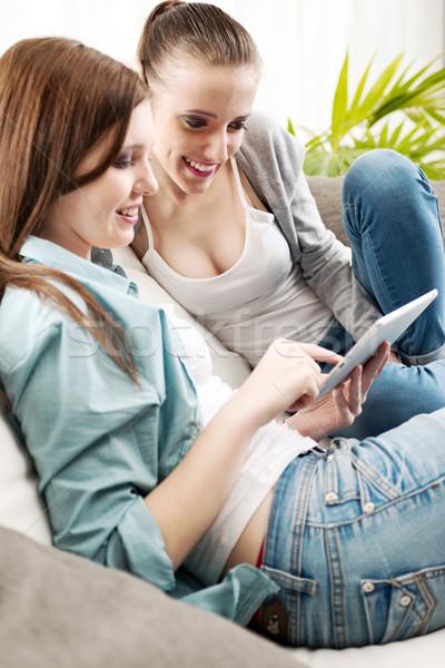 Lächelnd Mädchen Tablet jungen Wohnzimmer Stock foto © stokkete