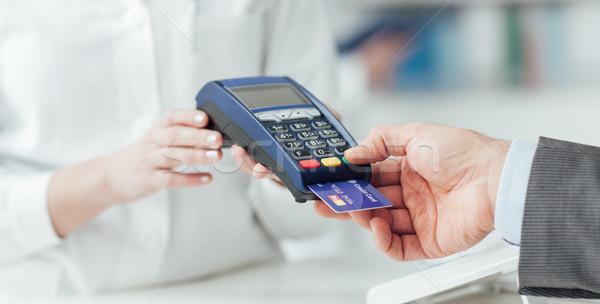 Człowiek zakupy apteka karty kredytowej Zdjęcia stock © stokkete