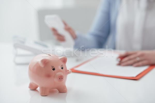 Pénzügyi tervezés tanácsadás nő aláírás szerződés hív Stock fotó © stokkete