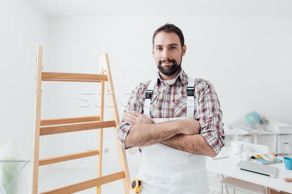 Profi festő pózol keresztbe tett kar otthon rendbehoz Stock fotó © stokkete
