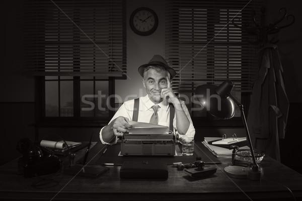 Dziennikarz pracy późno noc posiedzenia biurko Zdjęcia stock © stokkete