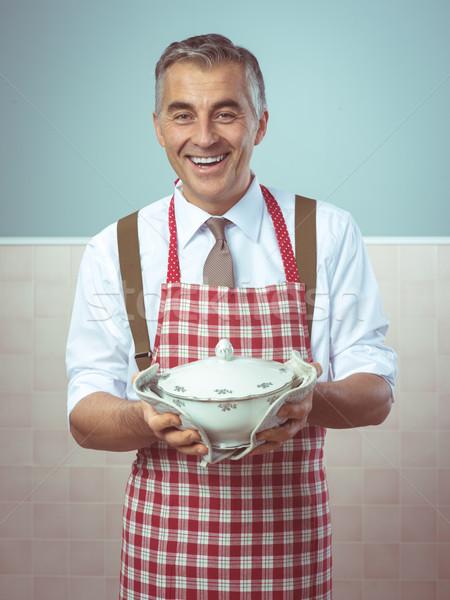 Jantar pronto bonito sorridente homem avental Foto stock © stokkete