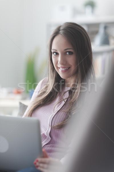 Lány laptopot használ otthon fiatal nő megnyugtató ül Stock fotó © stokkete