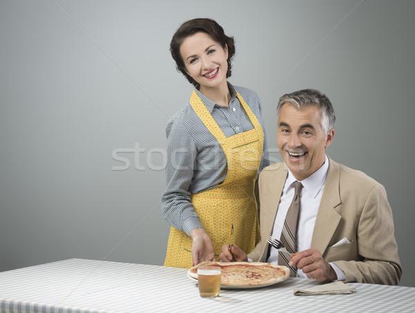 Lächelnd Ehefrau Servieren Abendessen glücklich Jahrgang Stock foto © stokkete