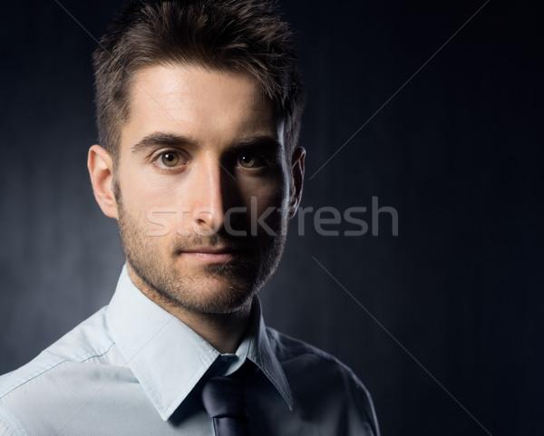 Empresario mirando cámara oscuro hombre de negocios persona Foto stock © stokkete
