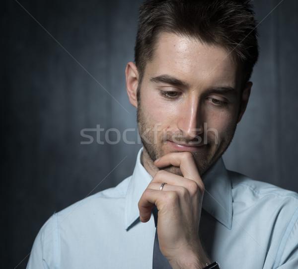 Empresario pensando jóvenes guapo mano barbilla Foto stock © stokkete