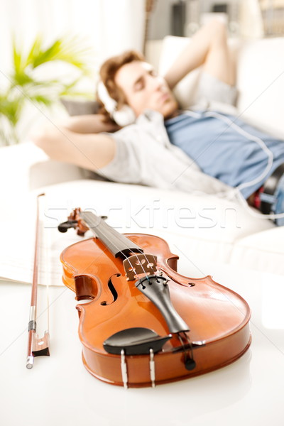 музыканта расслабляющая домой скрипки человека Сток-фото © stokkete