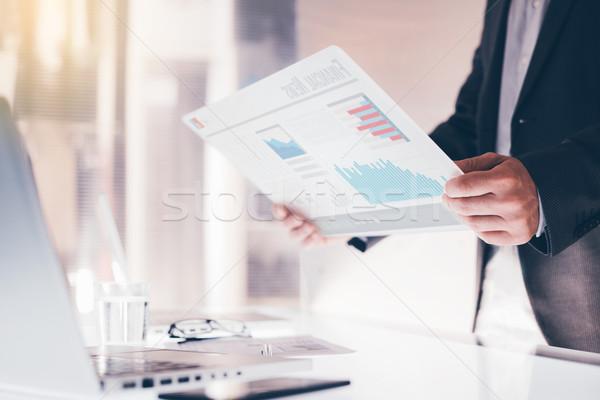 Empresário tela sensível ao toque dispositivo financeiro dados Foto stock © stokkete
