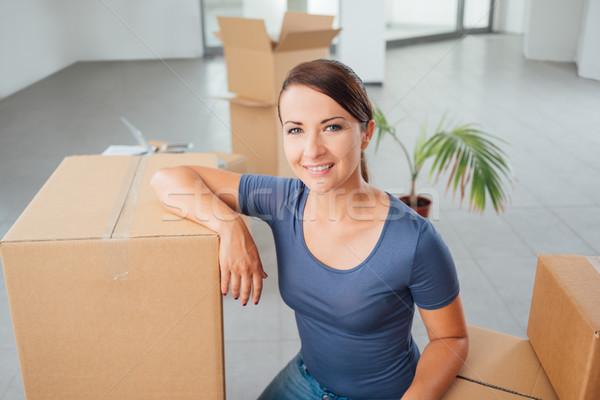Gyönyörű nő mozog új ház karton dobozok mosolyog Stock fotó © stokkete