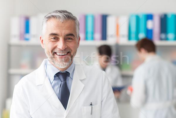Szef lekarz uśmiechnięty lekarza patrząc kamery Zdjęcia stock © stokkete