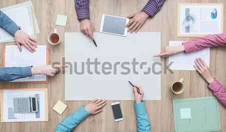 üzleti csapat dolgozik projekt tart üres tábla együtt Stock fotó © stokkete