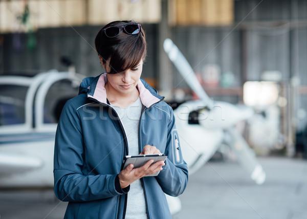 Piloot luchtvaart apps vrouwelijke digitale Stockfoto © stokkete