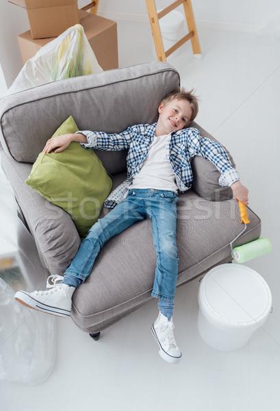 Lui jongen verf fauteuil home Stockfoto © stokkete