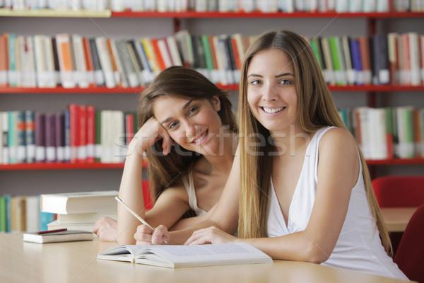 Przyjazny studentów biblioteki książki kobiet student Zdjęcia stock © stokkete