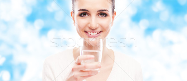 Glimlachende vrouw drinkwater glimlachend jonge vrouw glas zuiverheid Stockfoto © stokkete