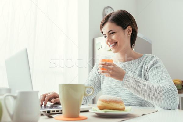 女性 朝食 小さな 笑顔の女性 キッチン ストックフォト © stokkete