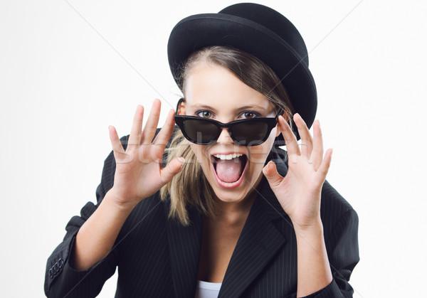 Moda kız heyecanlı güneş gözlüğü Stok fotoğraf © stokkete