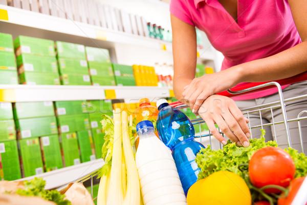 Foto stock: Completo · carrinho · de · compras · supermercado · armazenar · legumes · frescos · mãos