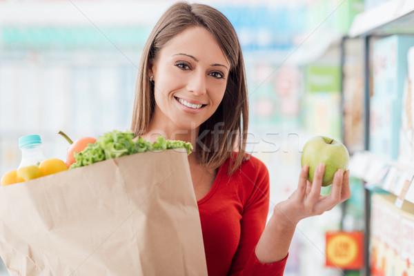 Zdjęcia stock: Kobieta · zakupu · świeże · warzywa · uśmiechnięta · kobieta · zakupy · supermarket
