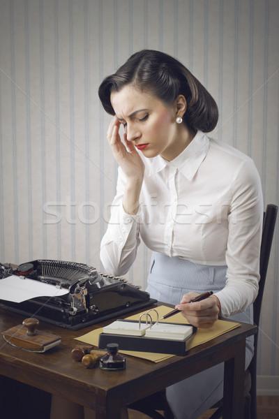 Foto d'archivio: Donna · seduta · desk · ufficio · lavoro