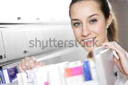Fiatal női gyógyszerész gyógyszer dolgozik bolt Stock fotó © stokkete