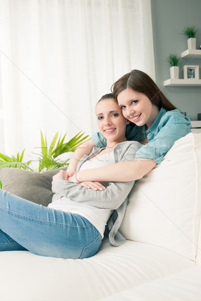 Foto stock: Sofá · sorridente · sala · de · estar · mulheres
