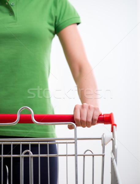 Foto stock: Mulher · carrinho · de · compras · mulher · jovem · supermercado · mãos