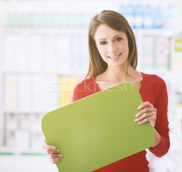 Zdjęcia stock: Uśmiechnięta · kobieta · podpisania · supermarket · półki