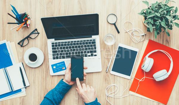 Mobiele betaling man winkelen online home Stockfoto © stokkete
