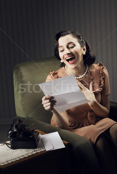 Una buona notizia felice donna lettura lettera seduta Foto d'archivio © stokkete