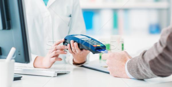 Férfi termékek gyógyszertár fizet hitelkártya vásárlás Stock fotó © stokkete