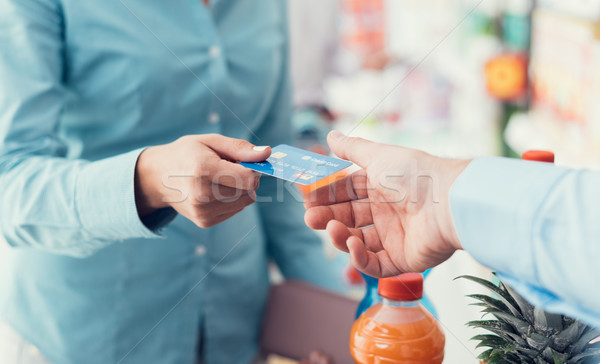 Nő bolt pénztár áruház hitelkártya pénztáros Stock fotó © stokkete