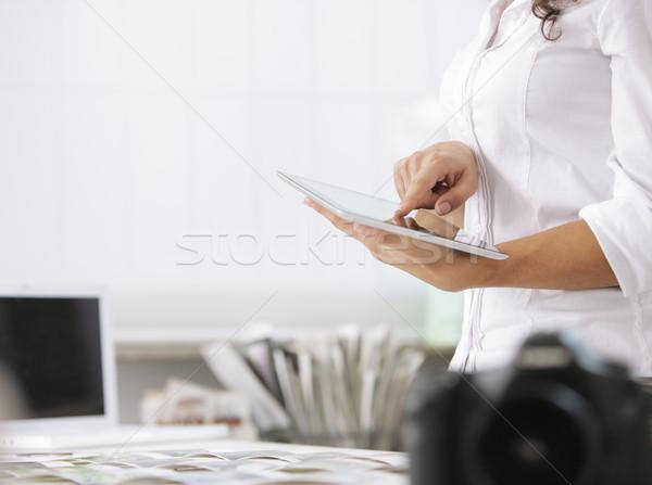 Mulher digital comprimido jovem fotógrafo mão Foto stock © stokkete