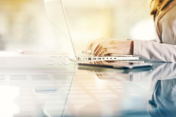 üzletasszony kezek közelkép profi munka laptop Stock fotó © stokkete