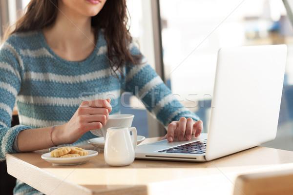 Stok fotoğraf: Kadın · kafe · sörf · net · kahve · dizüstü · bilgisayar · kullanıyorsanız