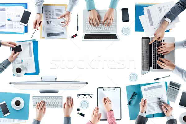 Zespół firmy spotkanie pracy ręce górę Zdjęcia stock © stokkete