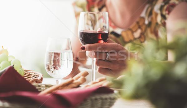 Vrouw lunch restaurant glas rode wijn Stockfoto © stokkete