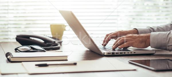 Korporacyjnych biznesmen pracy laptop posiedzenia Zdjęcia stock © stokkete