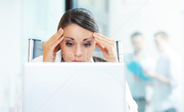 Negocios problema jóvenes mujer de negocios de trabajo portátil Foto stock © stokkete