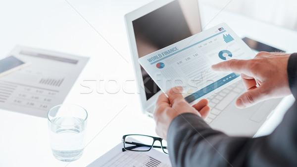 Empresarios pantalla táctil dispositivo equipo de negocios de trabajo Foto stock © stokkete