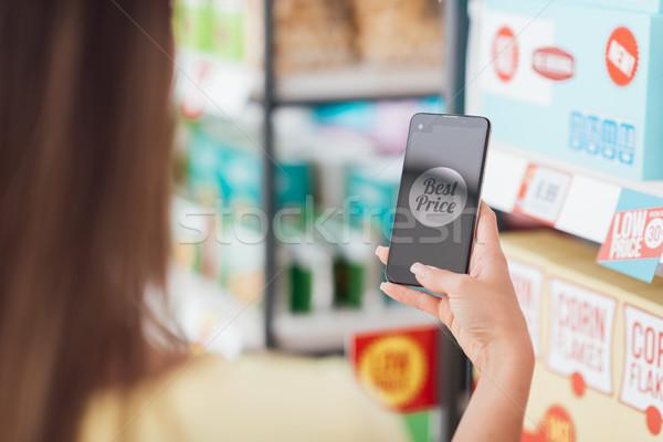 ストックフォト: ショッピング · 携帯 · アプリ · 女性 · 食料品 · スーパーマーケット