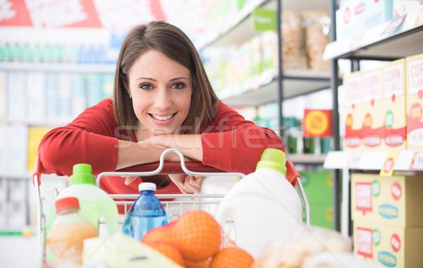 Gelukkig vrouw supermarkt kruidenier winkelen Stockfoto © stokkete