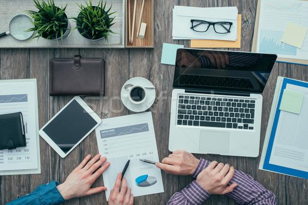 Stok fotoğraf: Iş · takım · çalışması · İş · ortaklarımız · dizüstü · bilgisayar · kullanıyorsanız