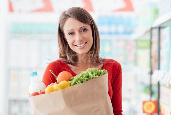 Zdjęcia stock: Kobieta · spożywczy · worek · uśmiechnięty · młoda · kobieta