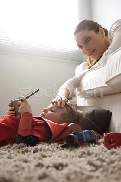Moeder voorhoofd woonkamer leuk ontspannen kid Stockfoto © stokkete