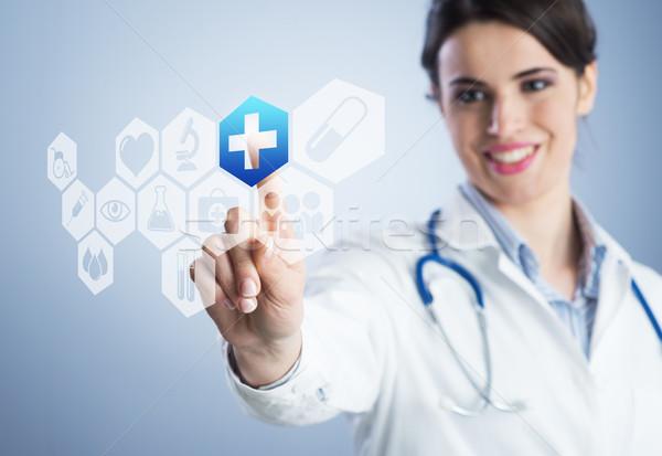 Fiatal női orvos érintőképernyő interfész mosoly Stock fotó © stokkete